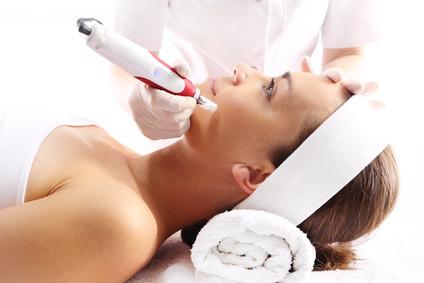 Kosmetyczka wykonuje zabieg mezoterapii igowej